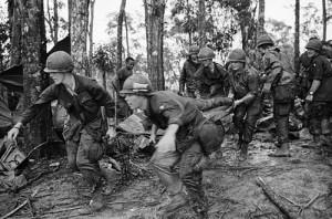 18 mei 1969 - A Shau vallei - 4 para's van de 101ste Luchtlandingsdivisie brengen een gewonde kameraad naar een medische hulppost tijdens de gevechten om Hamburger Hill.