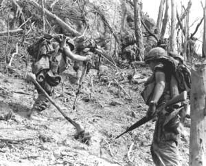 Troepen van de 101ste Luchtlandingsdivisie in de A Shau vallei, 1968