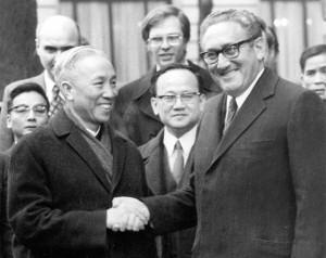 23 Januari 1973 - Le Duc Tho en Henry Kissinger (rechts op de foto) sluiten een laatste overeenkomst die het einde betekent van de Amerikaanse inmenging in Vietnam