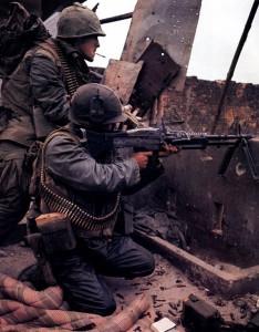 Amerikaanse mariniers beantwoorden vijandelijk vuur tijdens de slag om Hue, februari 1968.