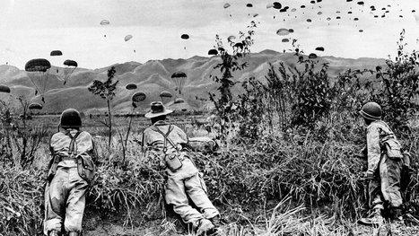 1954 - Parachutisten worden gedropt boven het belegerde Dien Bien Phu