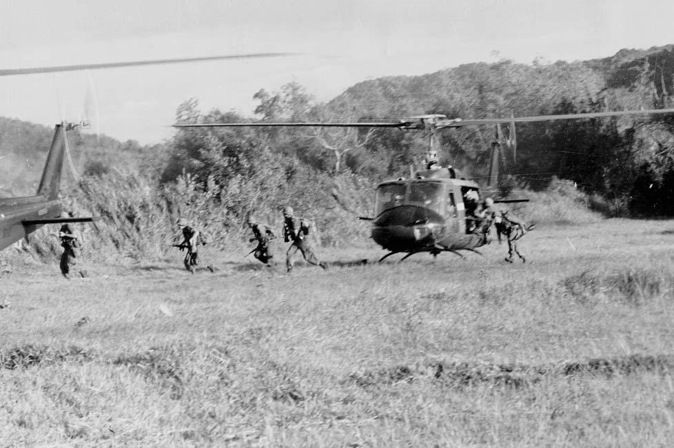 Soldaten van de 1st Cavalry verlaten de UH-1 Iroquois helikopter in de Ia Drang vallei in Vietnam