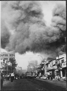 Zwarte rookwolken boven Saigon na aanvallen door de Viet Cong