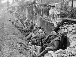 1/5 mariniers rusten even uit tijdens de slag om Hué