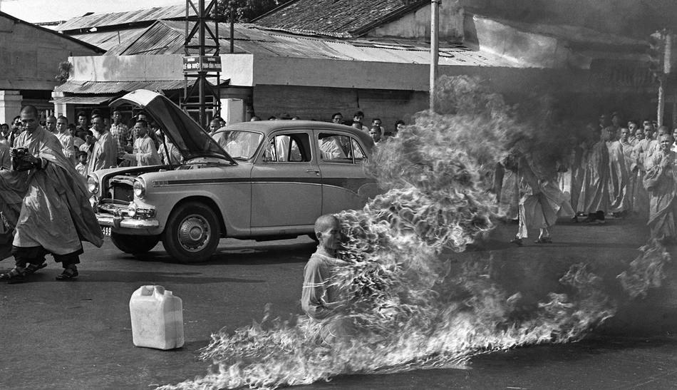 1963 - Boedhistische monnik steekt zichzelf in brand als protest tegen de Vietnam-oorlog