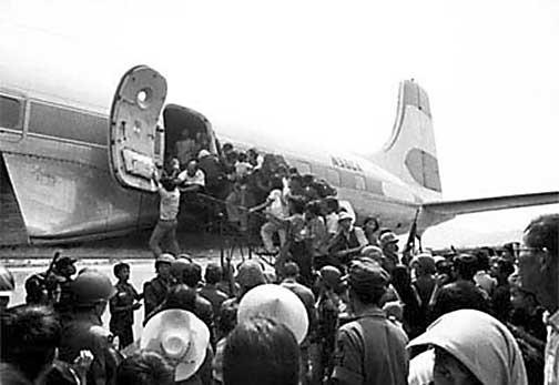 Burgers trachten weg te komen uit Zuid-Vietnam, 30 april 1975. De VS namen zoveel vluchtelingen als kon mee in vliegtuigen. Deze foto werd genomen in Da Nang.