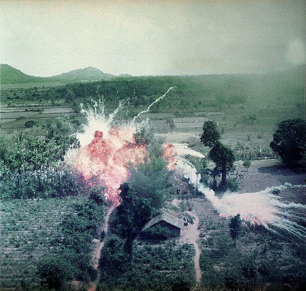 Napalm bommen ontploffen nabij Vietcong-voorzieningen ten zuiden van Saigon in de Republiek Vietnam, eind jaren 60