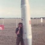 Een soldaat houdt een napalm-bom vast, vóór ze gevuld werd met napalm-gel