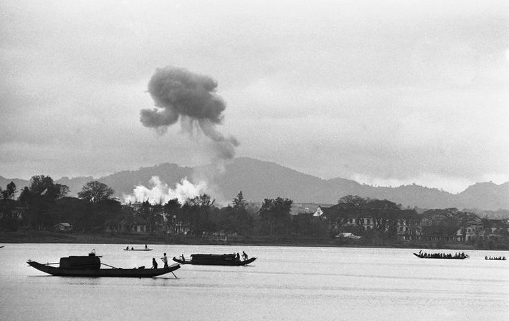 Napalm luchtaanvallen laten rookwolkn achter tegen de grijze moesson-lucht nabij de Parfrum-rivier, 28 februari 1963