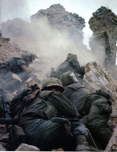 Mariniers onder vijandelijk vuur tijdens de slag om Hué