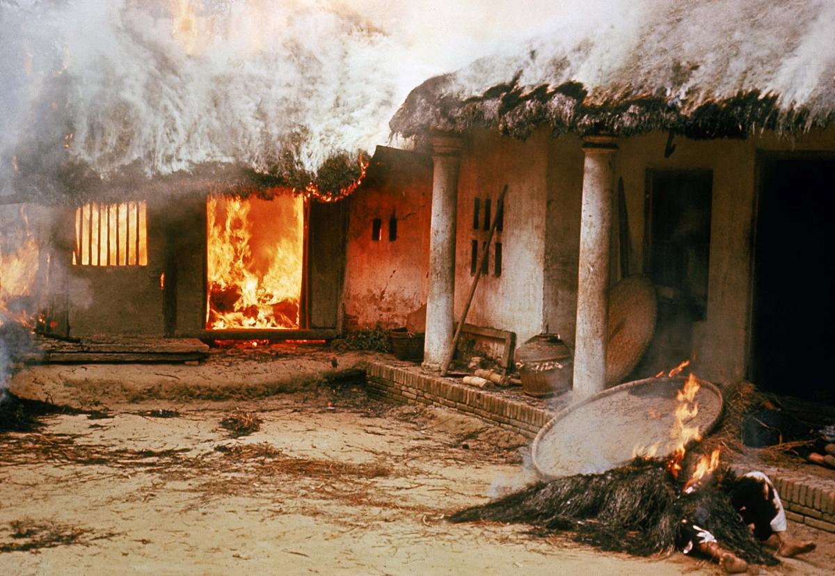 Na de slachtpartij wordt alles in brand gestoken, inclusief de dode lichamen