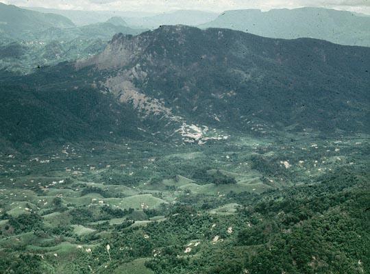A Shau vallei bezaaid met bomkraters