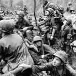 Amerikaanse soldaten aan de voet van Hamburger Hill