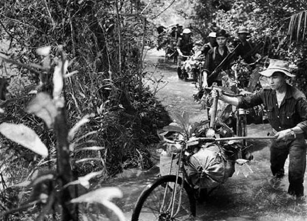 Fietstransport langs de Ho Chi Minh route